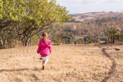 女孩走的探索的原野储备 免版税图库摄影