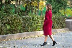 女孩走的秋天 免版税库存照片