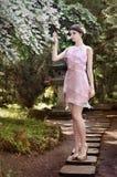 女孩走的路在庭院里 免版税库存图片
