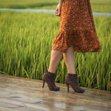 女孩走的年轻人 免版税库存照片