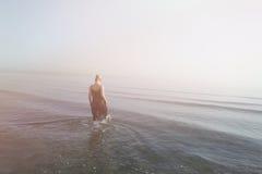 女孩走的水 免版税库存图片
