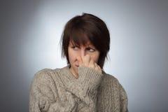 女孩起皱纹她的从恶臭或气味的鼻子 免版税库存图片