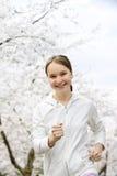 女孩跑步的公园 免版税库存照片