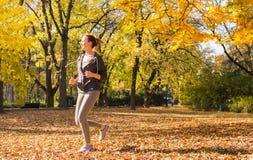 女孩跑步的年轻人 库存照片