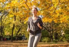 女孩跑步的年轻人 免版税库存照片