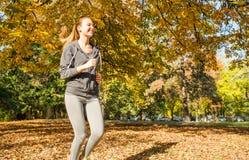 女孩跑步的年轻人 免版税库存图片