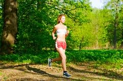 女孩跑步 库存照片