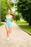 女孩跑步 免版税库存照片