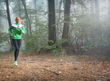 女孩跑步 免版税库存图片