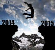 女孩跳到新年2015年 免版税库存图片