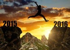 女孩跳到新年2016年 免版税库存照片