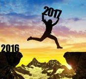 女孩跳到新年2017年 免版税库存图片