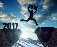 女孩跳到新年2018年 免版税库存照片