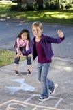 女孩跳房子使用 免版税库存照片