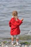 女孩跳的岩石 库存照片