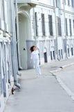 女孩跳的街道 免版税图库摄影