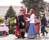 女孩跳舞与一匹装饰马在狂欢节的公园 库存照片
