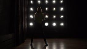 女孩跳舞的剪影在背景的点燃 影视素材