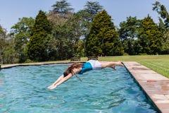 女孩跳水池 库存照片
