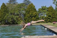 女孩跳水池 库存图片
