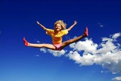 女孩跳 免版税库存照片