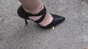 女孩践踏在沥青的香烟,停止抽烟 股票视频