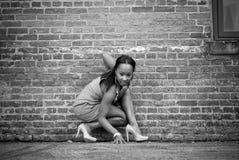 女孩蹲下 免版税库存图片