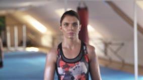 女孩运动员去直接她的目标 她看直接地对照相机 影视素材
