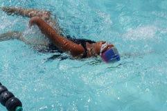 女孩运动员是训练的仰泳为准备以后的每年游泳体育比赛 图库摄影