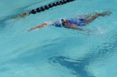 女孩运动员是训练的仰泳为准备以后的每年游泳体育比赛 免版税库存照片