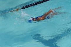 女孩运动员是训练的仰泳为准备以后的每年游泳体育比赛 免版税库存图片