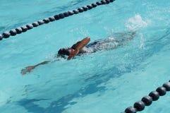 女孩运动员是训练的自由式为准备以后的每年游泳体育比赛 库存照片