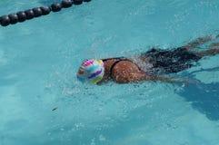 女孩运动员是训练的蝶泳为准备以后的每年游泳体育比赛 免版税库存图片