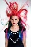 女孩运动壮观颜色的头发 免版税库存图片
