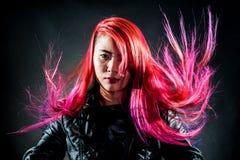女孩运动壮观颜色的头发 免版税图库摄影
