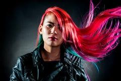 女孩运动壮观颜色的头发 免版税库存照片