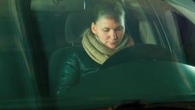 女孩进入汽车并且开始讲由电话 股票视频