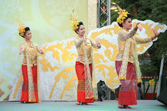 女孩进行泰国传统舞蹈 图库摄影