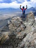 女孩远足者山顶山上面 图库摄影