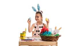 女孩选择复活节彩蛋 库存照片