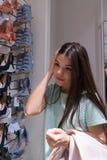 女孩选择她的鞋子 女孩不知道怎样选择 库存图片