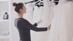 女孩选择婚礼服在新娘精品店 股票录像