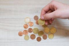 女孩递举行欧洲货币 免版税图库摄影