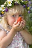 女孩递小的草莓 免版税库存照片