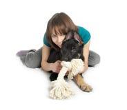 女孩递拿着小狗 免版税库存照片
