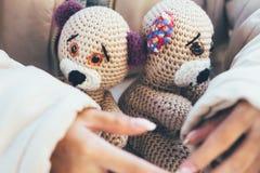 女孩递柔和拥抱两个玩具熊 免版税库存照片