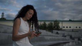 女孩通过一个手机在网上沟通 影视素材