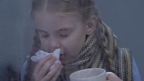 女孩遭受的流感症状,饮用的热的茶和打喷嚏,流行病 股票视频