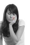 女孩遭受的牙痛年轻人 免版税库存图片