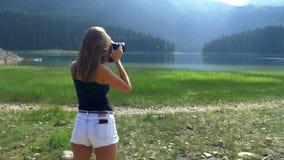 女孩采取图片立场以风景为背景 影视素材